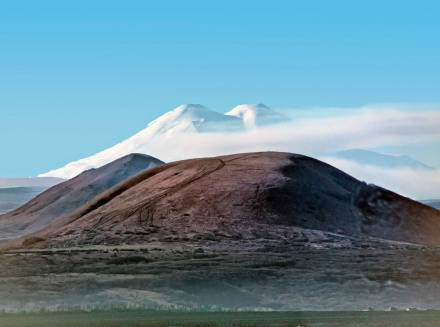 Фото Юца на фоне Эльбруса